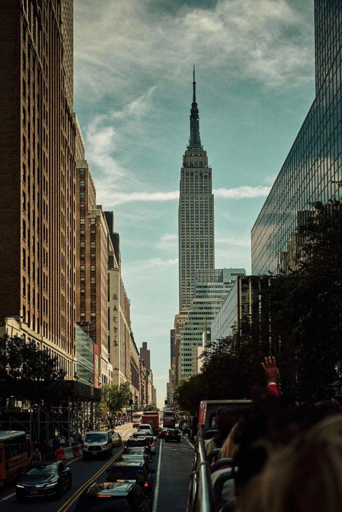 Blick auf das Empire State Building von der Straße aus