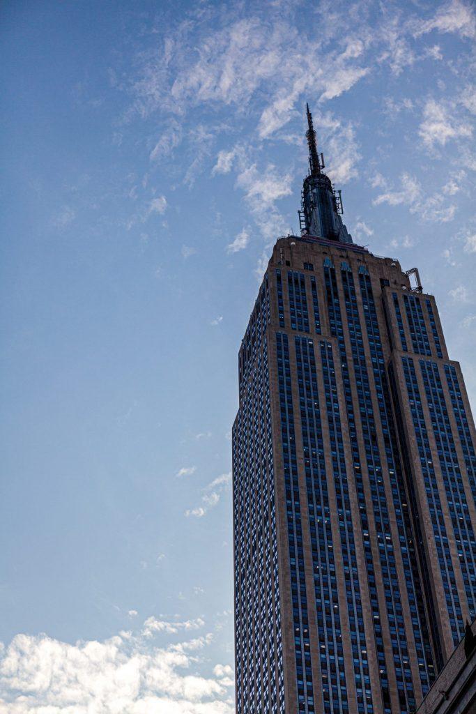 Das Empire State Building von unten gesehen