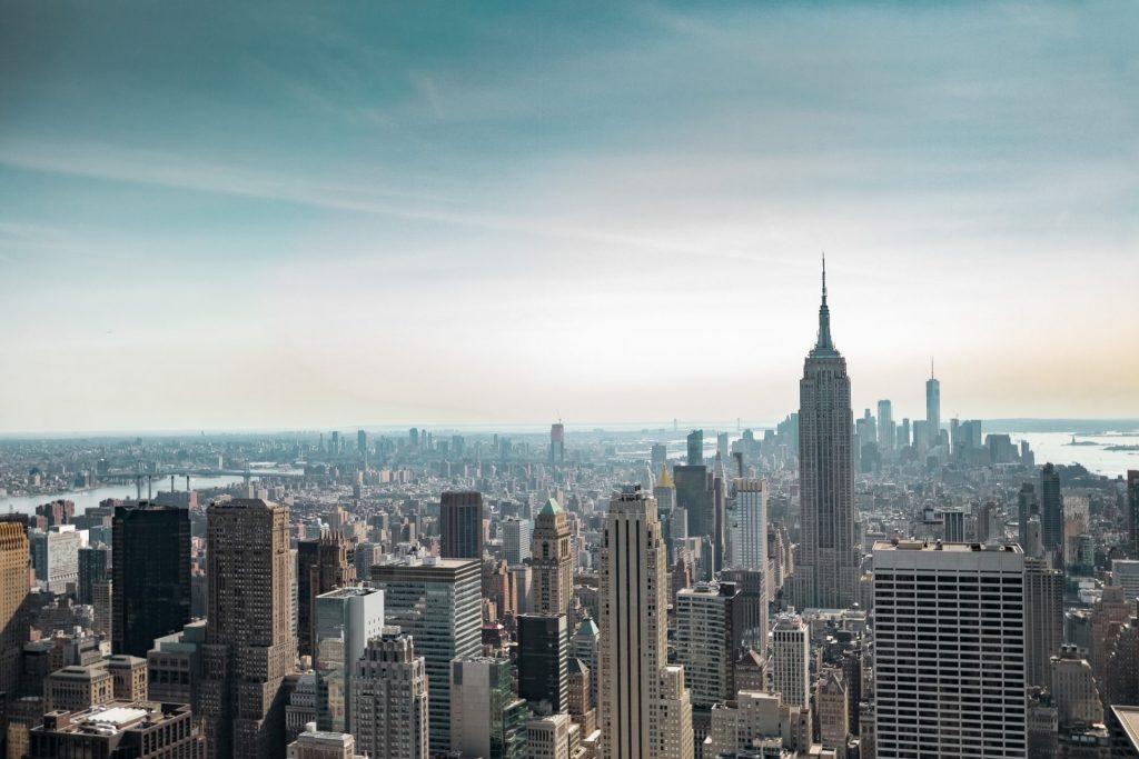 Empire State Building bei blauem Himmel