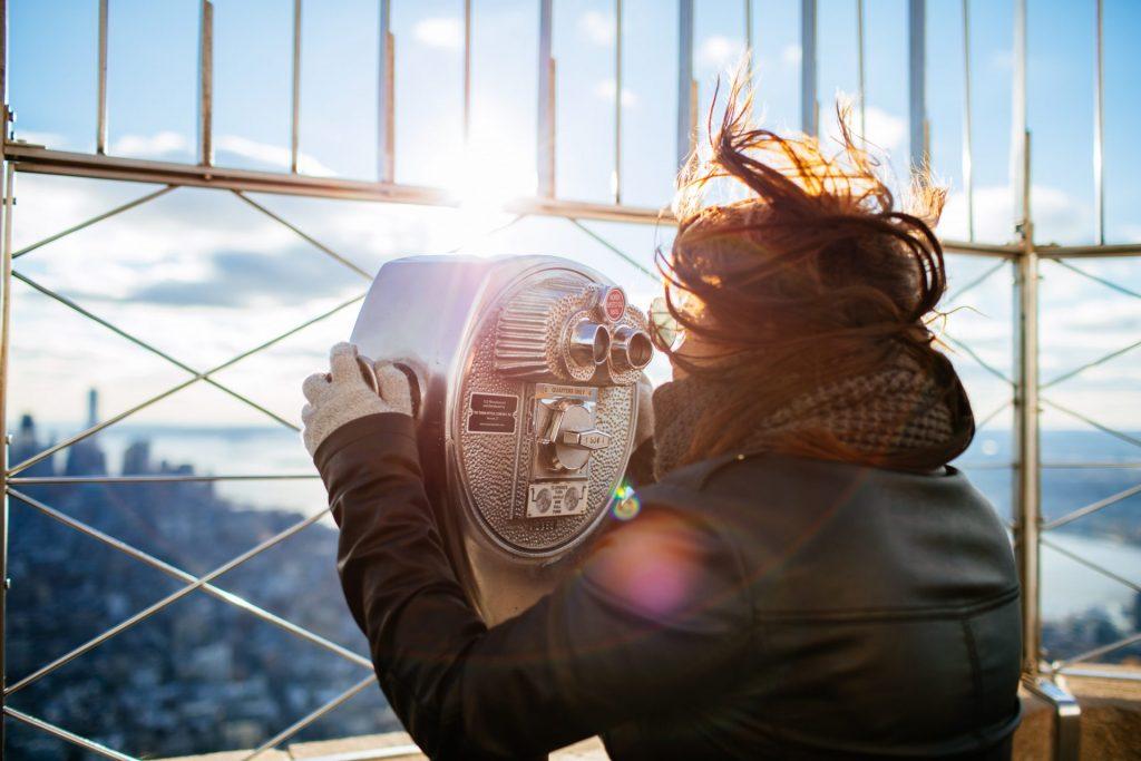 Touristin auf dem Empire State Building am Fernglas