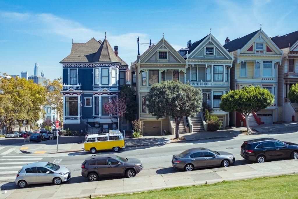 Painted Ladies in San Francisco mit Autos im Vordergrund