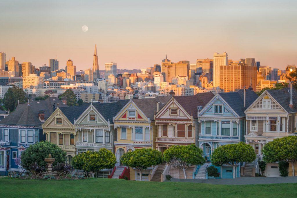 Painted Ladies mit San Francisco Skyline im Hintergrund