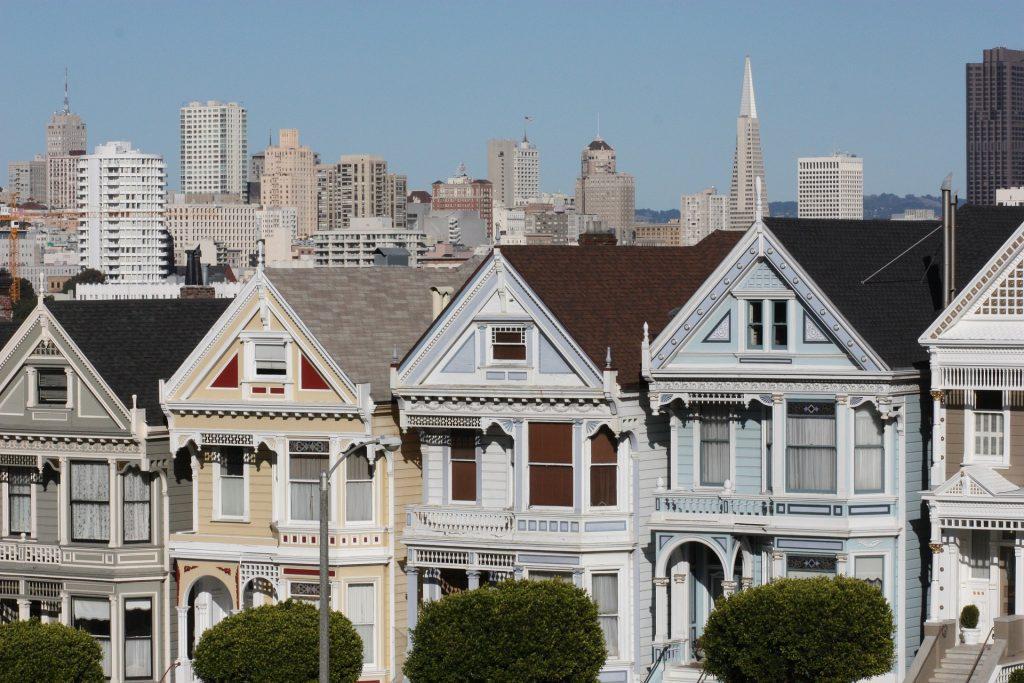 Painted Ladies und Skyline von San Francisco