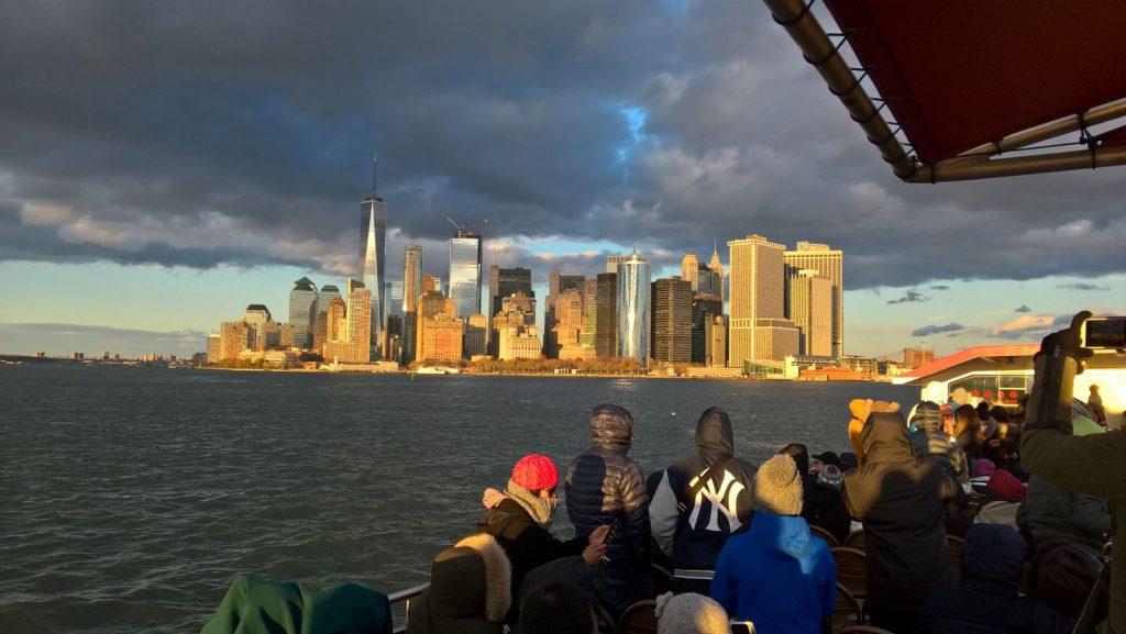 Blick von der Staten Island Ferry auf die Skyline Manhattans