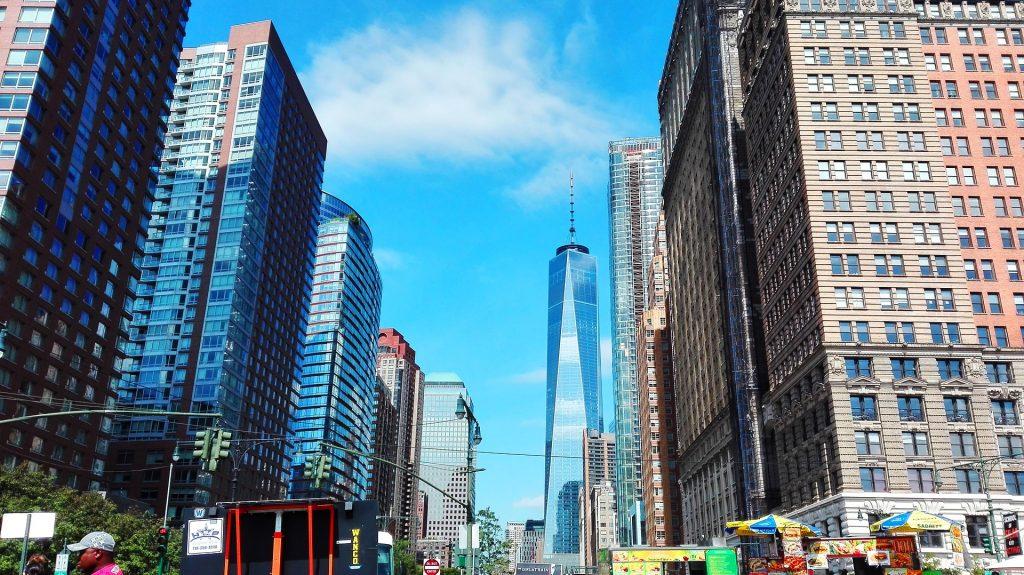 Blick durch die Straßen New Yorks auf das One World Trade Center