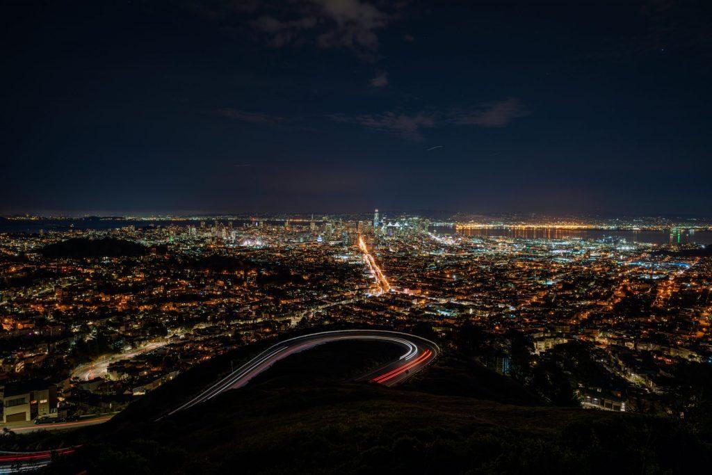 Ausblick von den Twin Peaks auf die Stadt bei Nacht.